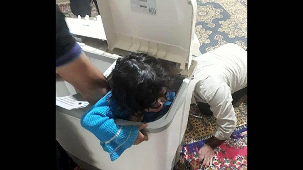 گیر کردن عجیب بچه شیرازی در ماشین لباسشویی