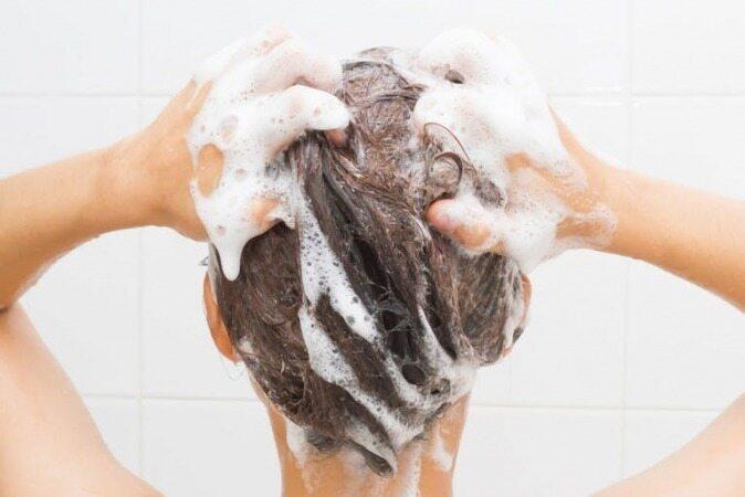 نرم کننده را پیش از استفاده از شامپو به موهای خود بزنید