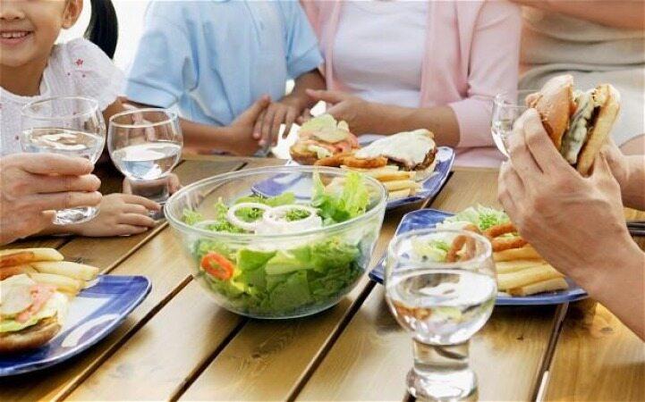 اگر همراه با خوردن غذا آب بخورید چه اتفاقی در بدن شما می افتد؟