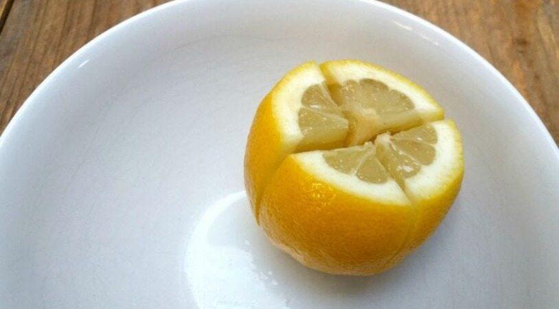 چرا باید یک لیمو را بریده و در کنار تخت خود قرار دهید؟