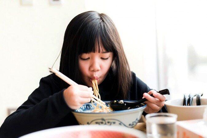 عجیب ترین عادت هایی که مردم دنیا در هنگام غذا خوردن دارند