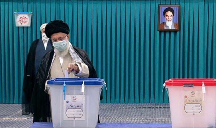 رهبر معظم انقلاب اسلامی آراء خود را به صندوق انداختند