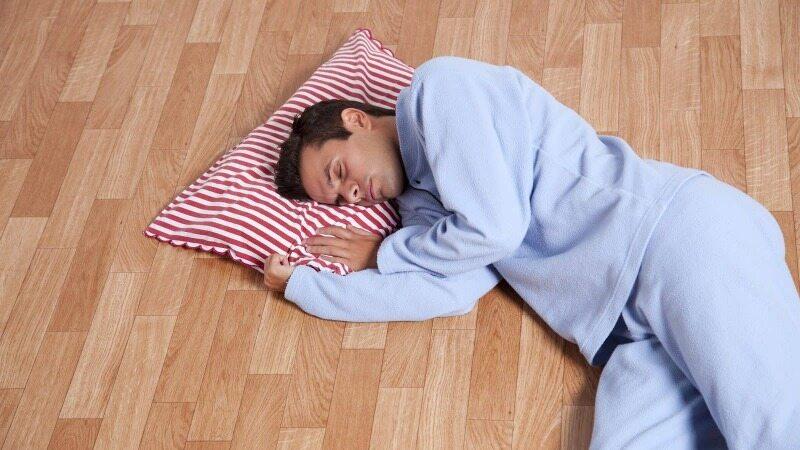 با فواید روی زمین خوابیدن آشنا شوید